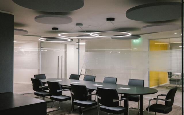 αίθουσα συσκέψεων με ακουστικά πάνελ οροφής